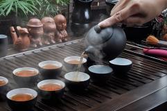 Thưởng thức trà ngon với hương thơm ấm nồng bên gia đình và người thân