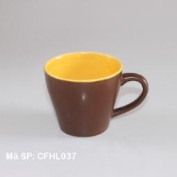 Cốc sứ uống cà phê màu nâu lòng vàng