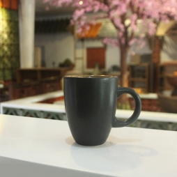 Tách cà phê Latte dáng ý men đen lòng gốm quai C